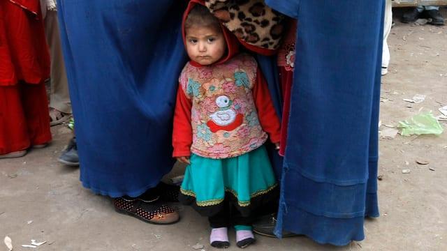 Könnte nach seiner Rückkehr nach Afghanistan vom Regen in die Traufe kommen: Flüchtlingsmädchen.