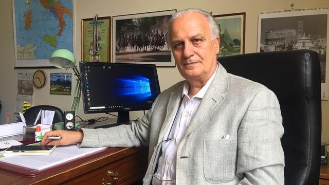Mario Rusconi, der Schulleiter einer anderen Römer Schule und der Vorsitzende der regionalen Schulpräsidentenkonferenz, an seinem Schreibtisch.
