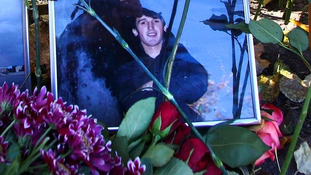 Porträt-Foto des getöten Russen, Blumen