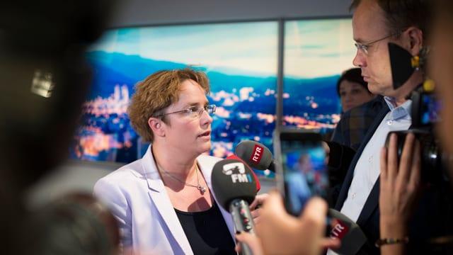 Dioe Politikerin im Interview mit einer Journalisten.