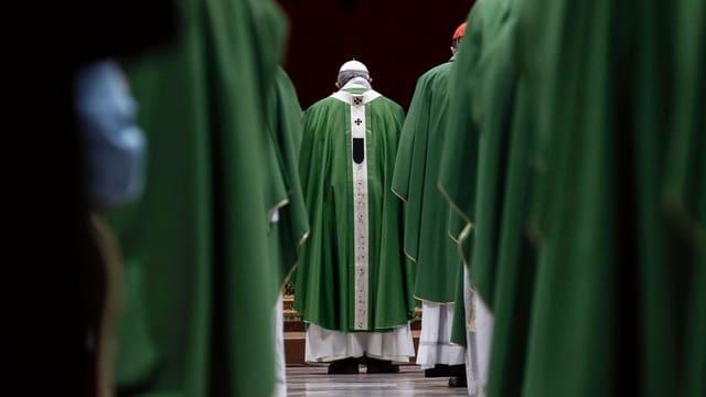 Kirchenmitglieder von hinten.