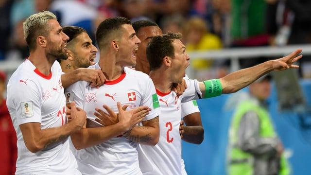 Ils giugaders svizzers celebreschan in gol cunter la Serbia