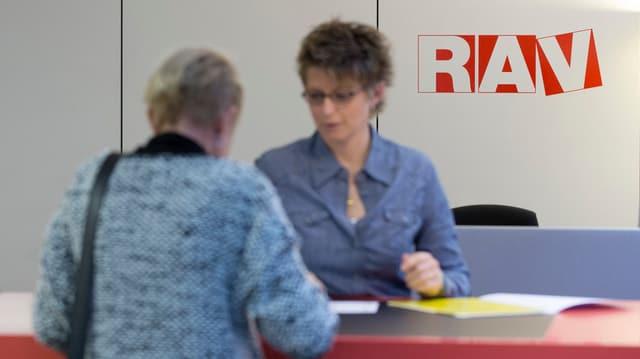 Frau am Schalter eines regionalen Arbeitsvermittlungszentrums