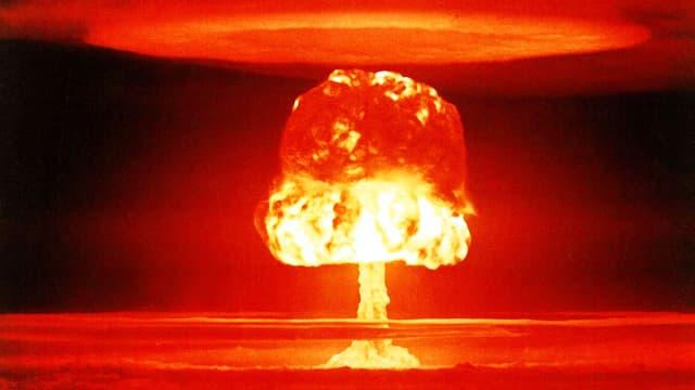 Man sieht eine pilzförmige Rauchwolke nach einer Atombomben-Explosion.