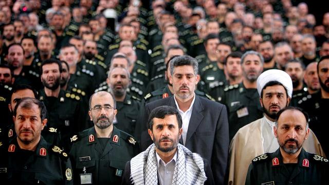 Ahmadinedschad mit Kommandanten der Basji Miliz, 2007 in Teheran.