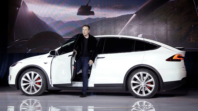 il schef da Tesla, Elon Musk, sorta d'in auto electric