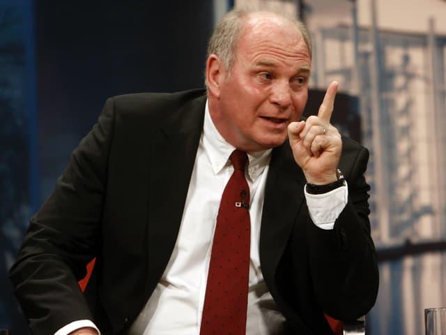 Uli Hoeness mit erhobenem Zeigefinger.