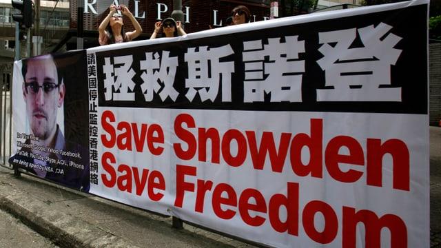 Ein Plakat, dass die Taten von Snowden verteidigt, hängt an einer Strasse in Hongkong