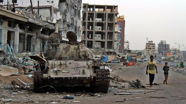 Vista da las destrucziuns en la citad da Aden en il Jemen.