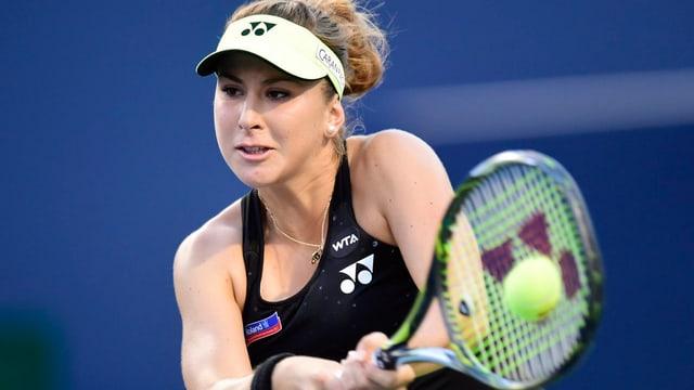 Tenisspielerin spielt Rückhand.