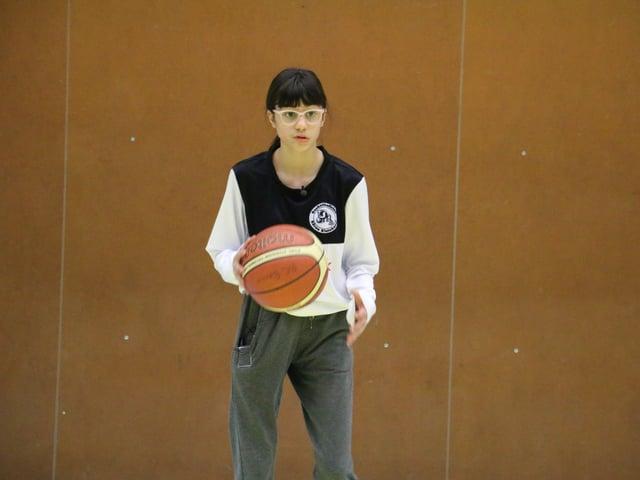 Hannah spielt Basketball