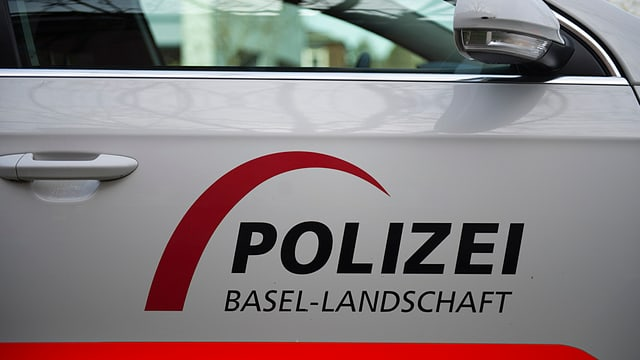Seite eines Polizeiautos mit Schriftzug.
