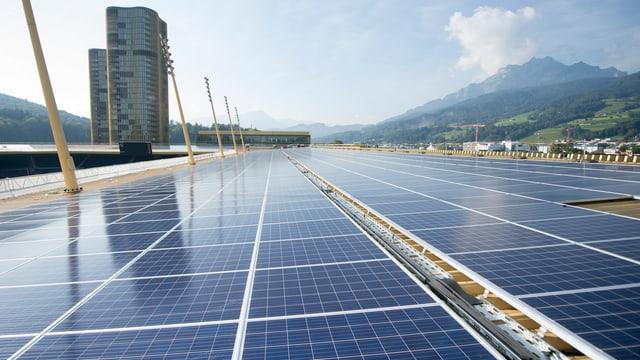 Man sieht eine Menge Solarpanels auf dem Dach des Fussballstadions in Luzern