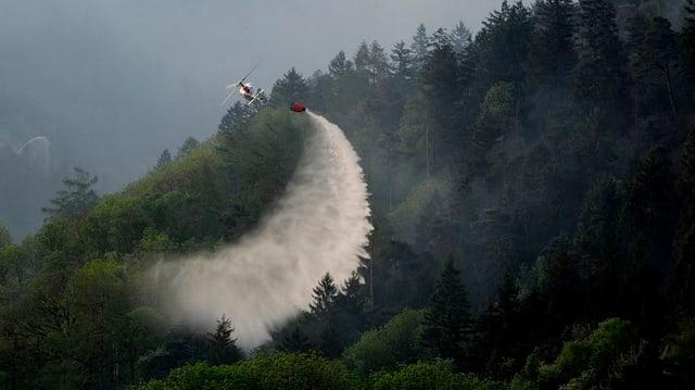 Ein Helikopter im Jahr 2011 im Einsatz beim Waldbrand Visp.