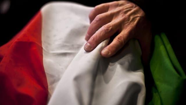 Hand greift nach Flagge