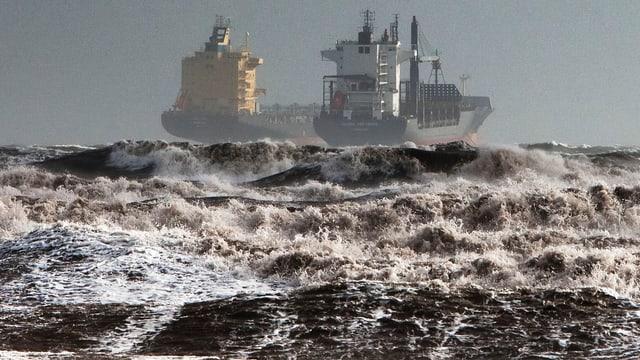 Sturm wühlt das Meer vor Sardinien auf.