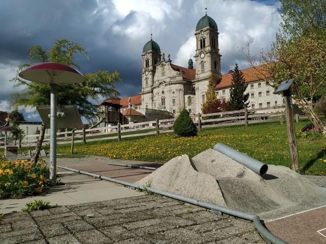 Minigolfanlage aus Beton unterhalb des Klosters in Einsiedeln
