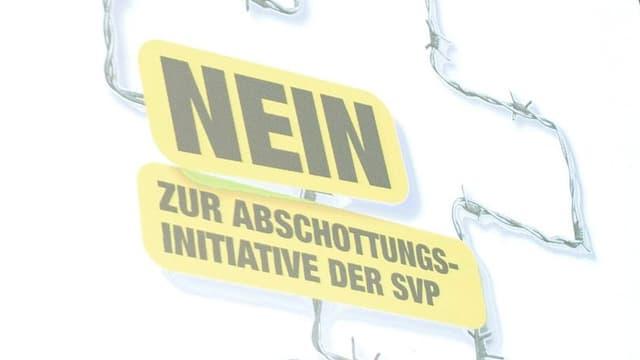 Plakat der Intiativgegner: Schweizerkreuz aus Stacheldraht, Text: «Nein zur Abschottungsinitiative der SVP»