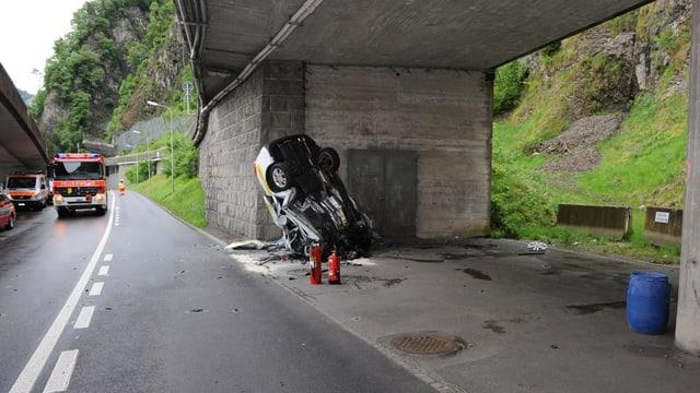 Der 24-jährige Lenker prallte frontal auf der Seestrasse in Hergiswil (NW) gegen eine Mauer.