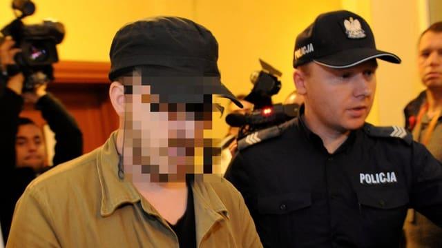 Foto des mutmasslichen Täters, er ist gepixelt, daneben ein Polizist.