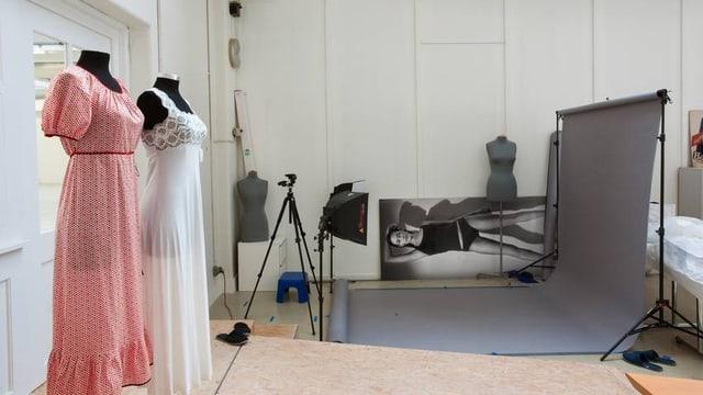 Zwei Nachthemden von Hanro, etwas durchsichtig, auf je einem Kleiderständer. Daneben ein mobiles Fotostudio.