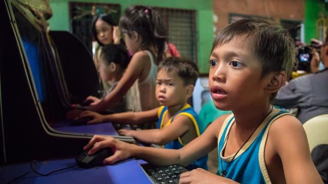 Junge an PC.