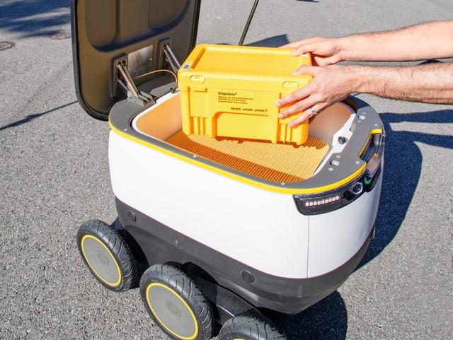 Ein Post-Roboter wird beladen