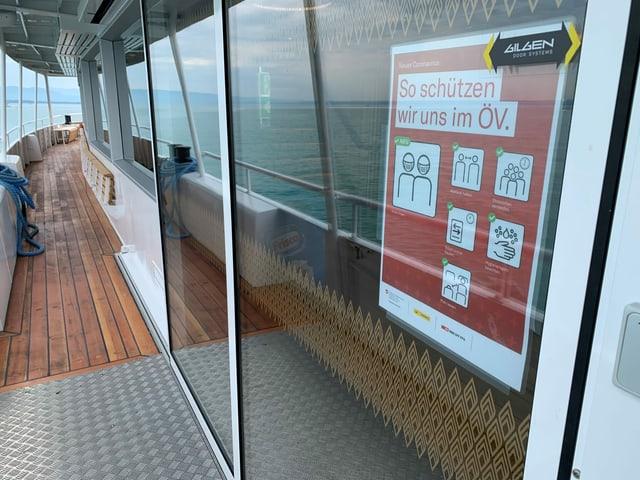 Schutzmassnahmen-Plakat auf einem Schweizer Schiff auf dem Bodensee.