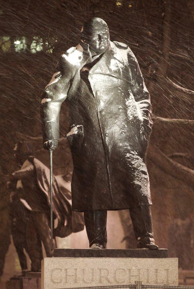 Statue von Churchill bei Regen.