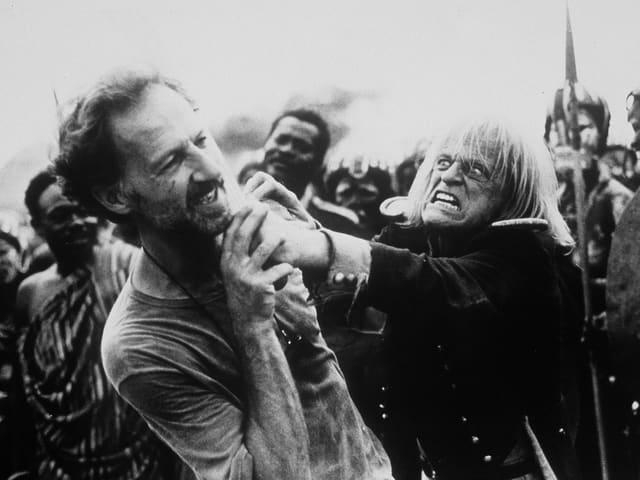 Klaus Kinski geht Werner Herzog an die Gurgel.