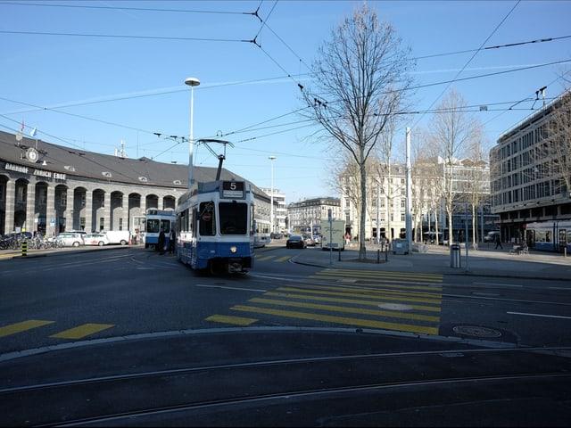 Blick auf den Bahnhofplatz mit mehreren blau-weissen Trams.