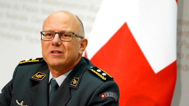 Der zukünftige Armeechef Philippe Rebord neben einer Schweizerfahne.