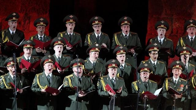 Sänger in Militäruniform singen