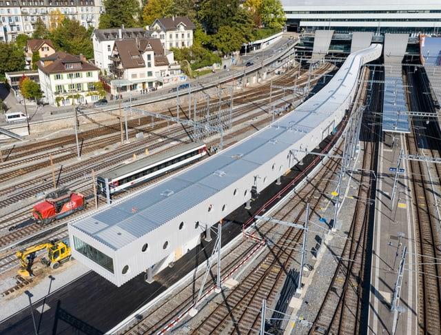 Ein langer Tunnel bei den Geleisen des Berner Bahnhofs.