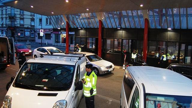 Ein Beamter kontrolliert am Zoll Basel-Lysbüchel einen Autofahrer