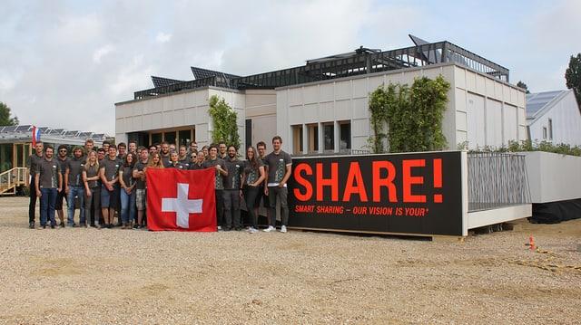 Das Team der Hochschule Luzern beim Wettstreit Solar Decathlon Europe in Versailles.