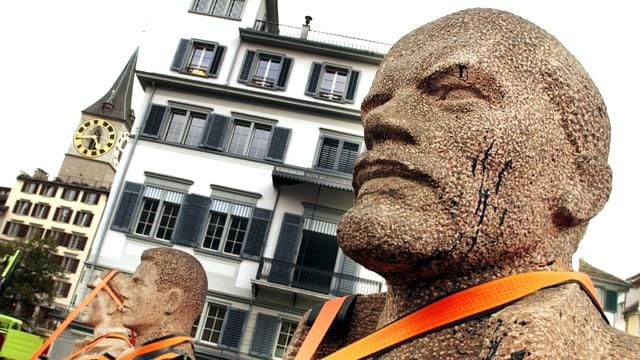 Kopf einer Leninstatue vor einem Gebäude.