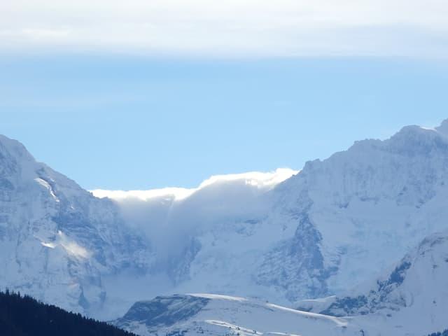 Die Wolken kämpfen sich über die Berge.
