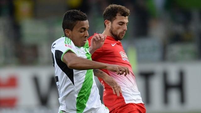Admir Mehmedi, hier im Duell mit Luiz Gustavo, verfestigt mit Freiburg den Platz im Tabellenkeller.