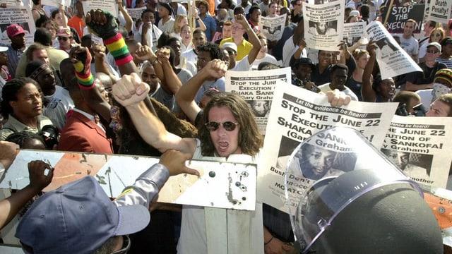 Demonstranten mit Transparenten gegen die Todesstrafe.