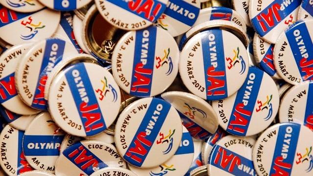 Pins der Olympia-Befürworter in einer Schachtel