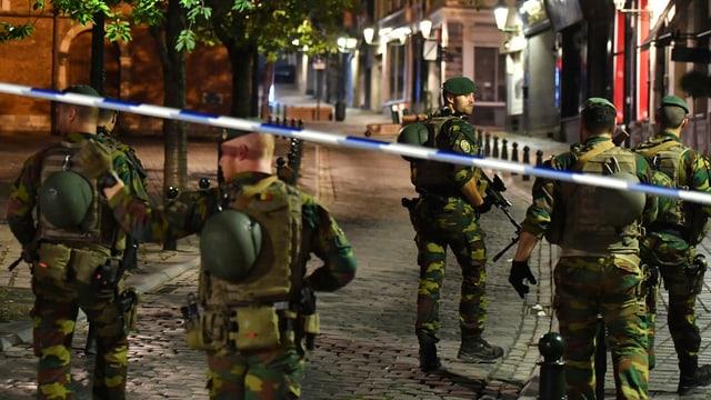 Fünf bewaffnete Soldaten.
