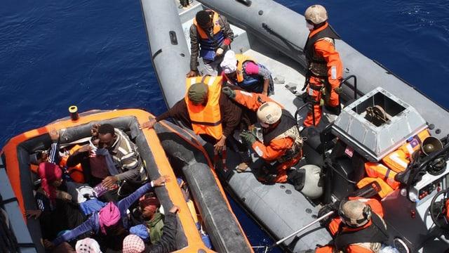 Bastiment da la Bundeswehr che gida fugitivs en la Mar Mediterrana.