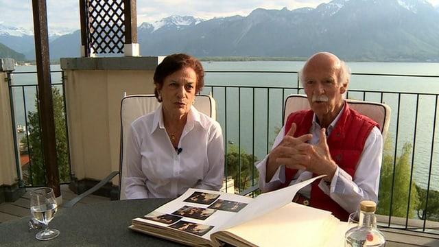 Anton und Kathrin Mosimann blättern in einem alten Fotobuch.