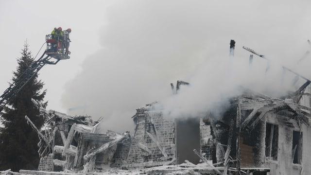 Das brennende Gebäude.