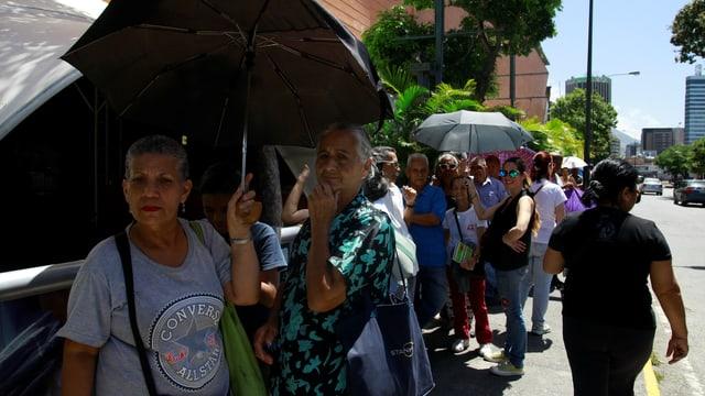 Venezolaner stehen Schlange