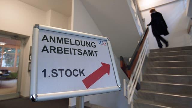 """Treppe mit Schild zur """"Anmeldung Arbeitsamt"""""""