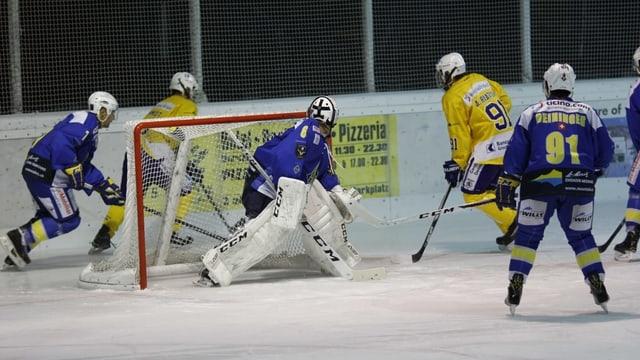 Ina scena d'in gieu da hockey regiunal.