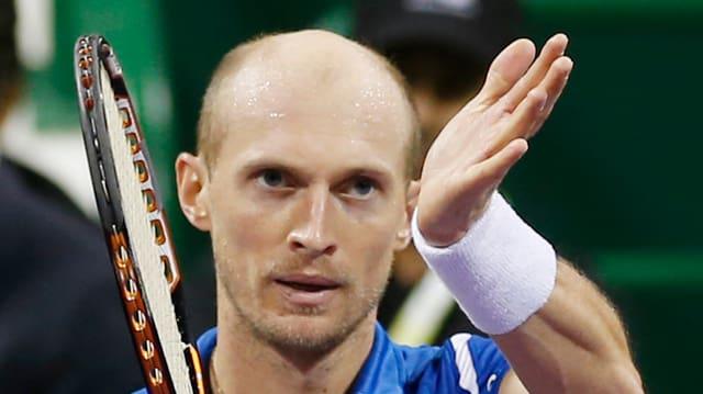 Nikolai Dawidenko bedankt sich nach einem Tennis-Match beim Punlikum.