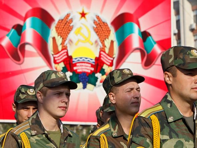 Soldaten vor Wappen